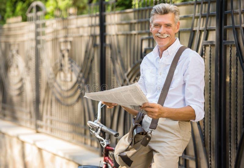 Старший человек с велосипедом стоковые изображения
