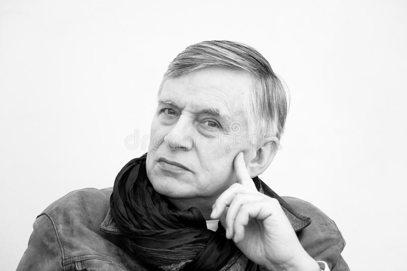 Старший человек с перстом на щеке стоковая фотография rf