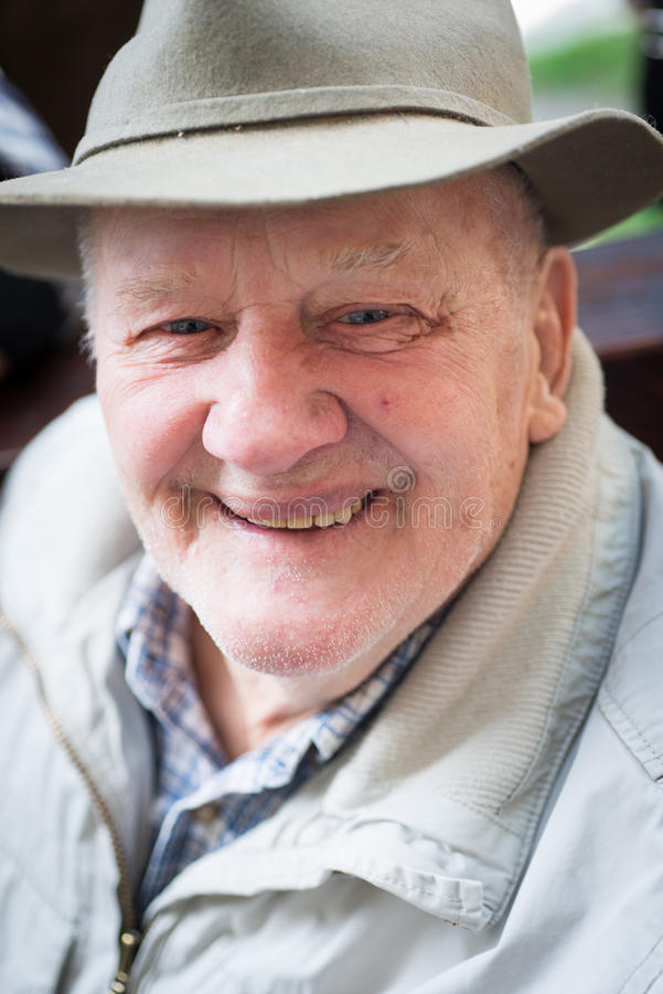Старший человек с шляпой внешней стоковое фото rf