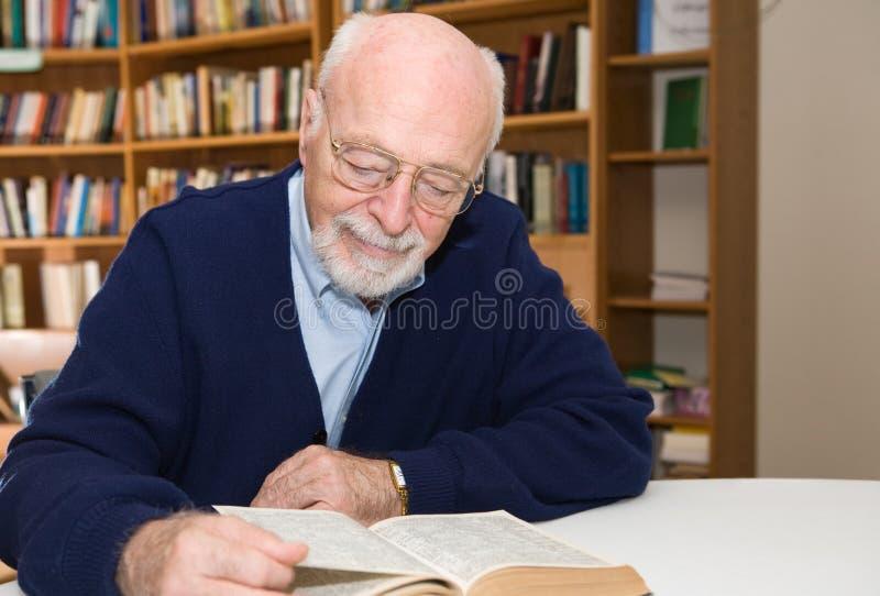 старший читателя стоковое фото rf