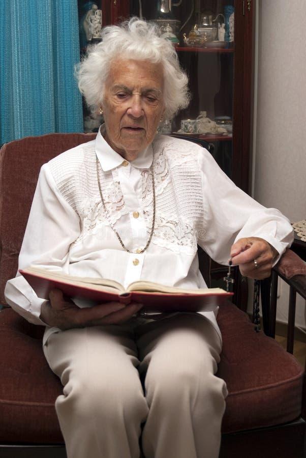 старший чтения библии стоковое изображение rf