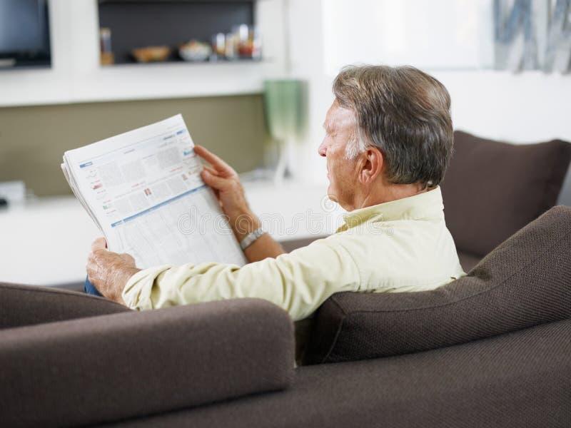 старший чтения газеты человека стоковые фото