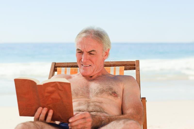 старший чтения человека книги стоковое изображение rf