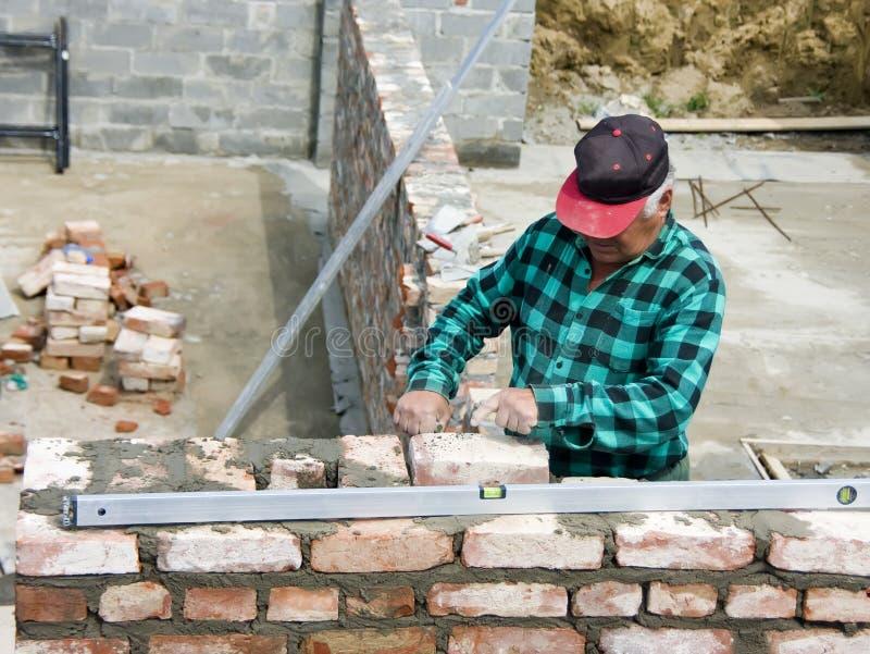 старший bricklayer стоковые изображения