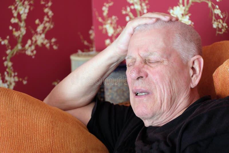 Старший Napping на софе стоковые фото