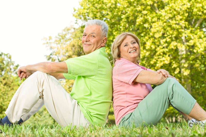 старший outdoors пар счастливый стоковое изображение rf