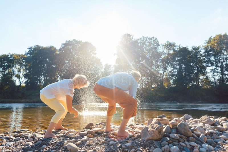 2 старших люд наслаждаясь выходом на пенсию и простотой пока ход стоковые изображения rf