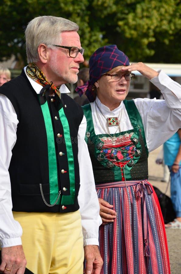 2 старшия в традиционном костюме людей стоковые изображения rf