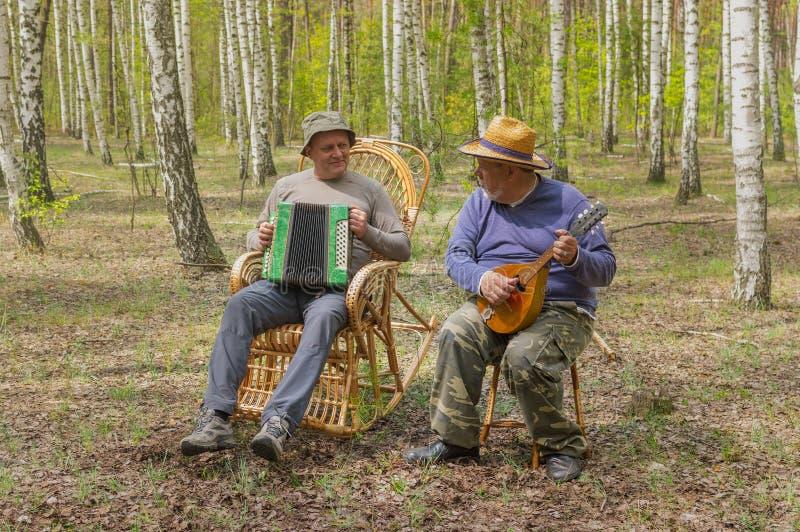 2 старшия идут сыграть музыку стоковая фотография rf