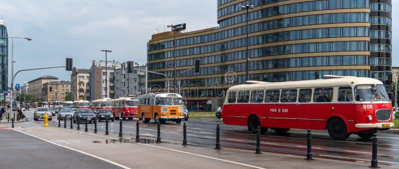 Старые автобусы транспортируя туристов к месту в Варшаве стоковое изображение rf