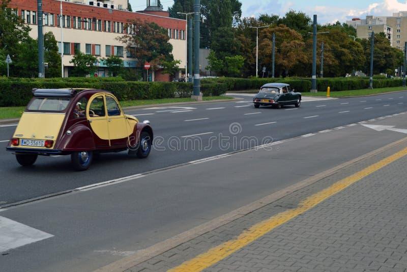 Старые автомобили на улице стоковое изображение