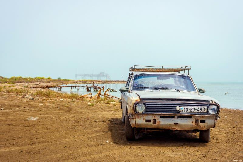 Старые автомобиль и буровая вышка Волги стоковая фотография