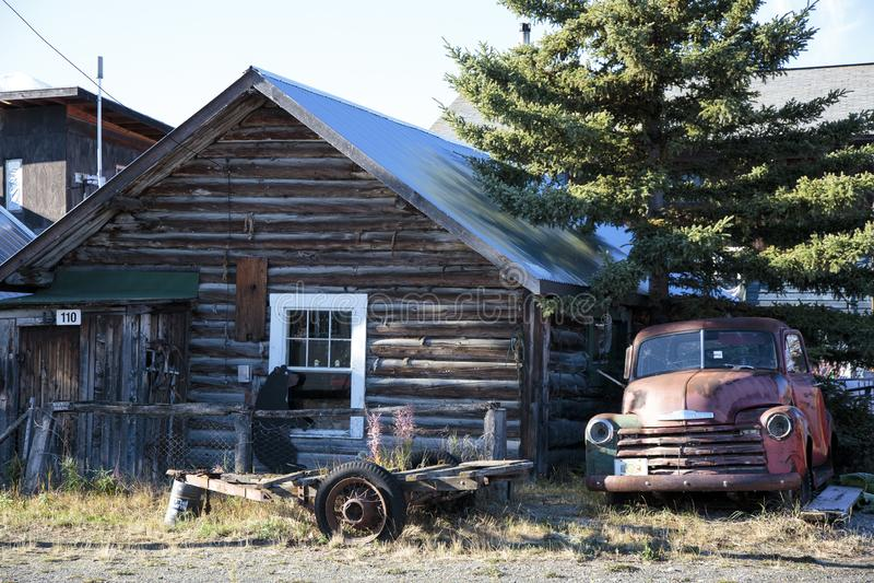 Старые автомобиль и кабина в Carcross, Юконе Канаде стоковые фотографии rf