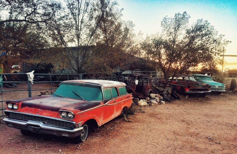 Старые автомобили на трассе 66 стоковое фото rf