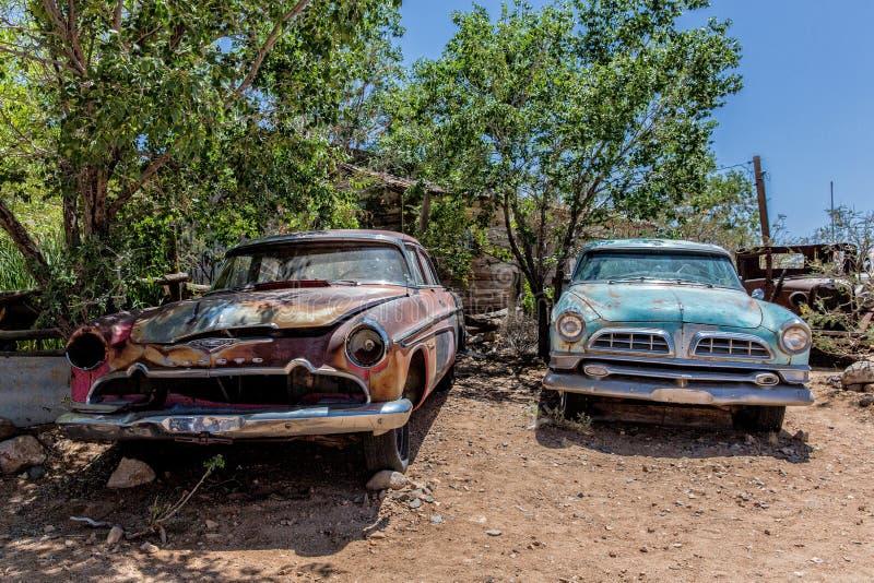 Старые автомобильные катастрофы на магазине со смешанным ассортиментом Hackberry стоковые фотографии rf