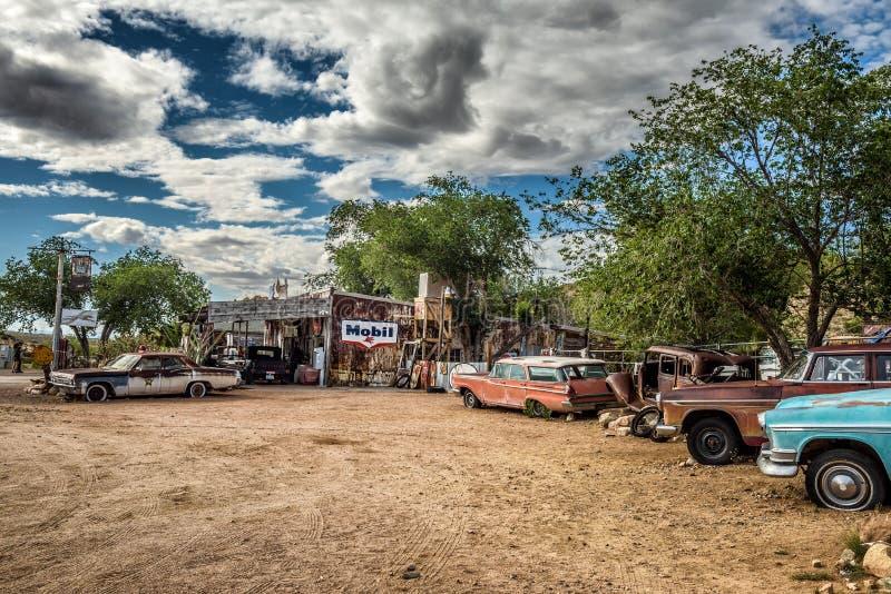 Старые автомобильные катастрофы n историческая трасса 66 в Hackberry, Аризоне стоковая фотография