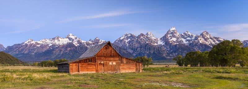 Старые амбар и горы стоковое фото rf