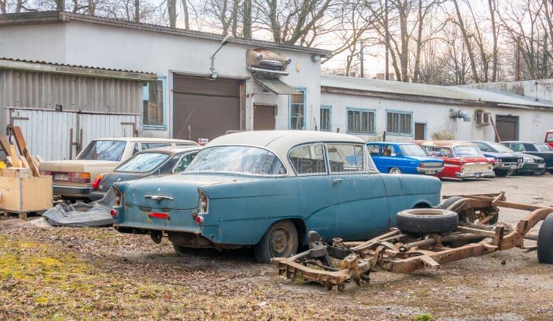Старые американские автомобили около 1950 стоковое фото
