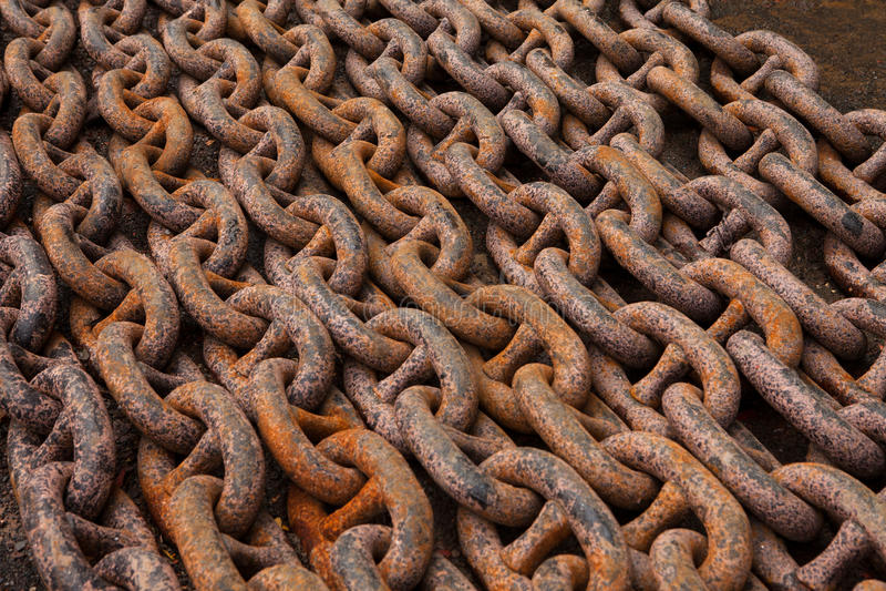 Старые анкерные цепи, тяжелый, мощный, ржавый, стальной, лежа в строках стоковые изображения