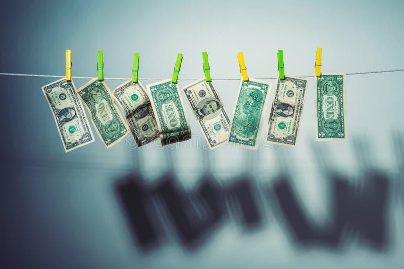 Старые банкноты бумажных денег висят на веревочке на зажимках для белья стоковое изображение rf