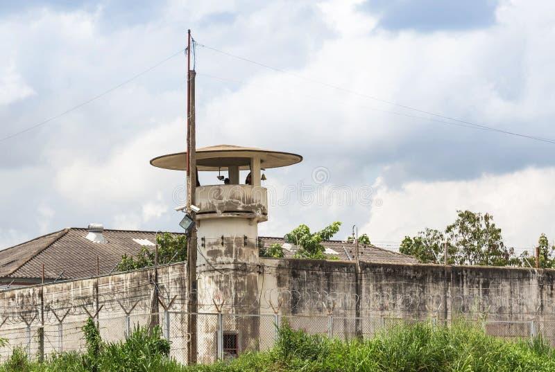 Старые башня или сторожевая башня тюремного офицера с загородкой колючей проволоки систем безопасности стоковые фотографии rf