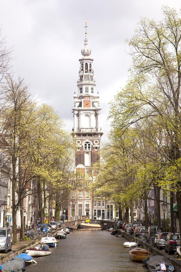 Старые башня и канал церков в Амстердаме стоковая фотография rf