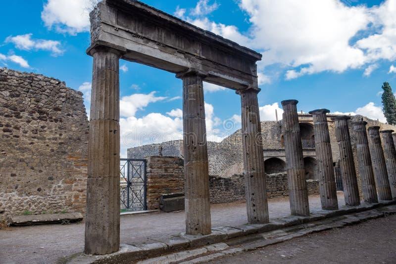 Старые богато украшенные столбцы в руинах старого Помпеи, Италии стоковые изображения
