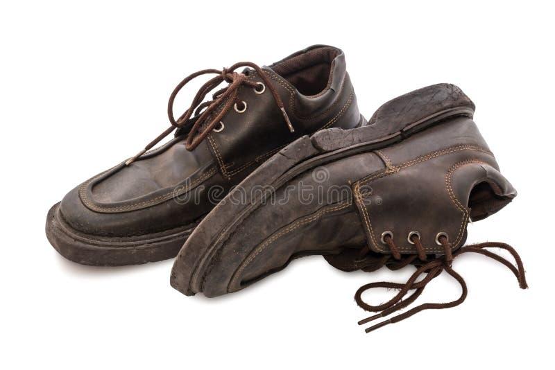 Старые ботинки - пары натюрморта коричневых кожаных ботинок старых и пакостных стоковая фотография rf