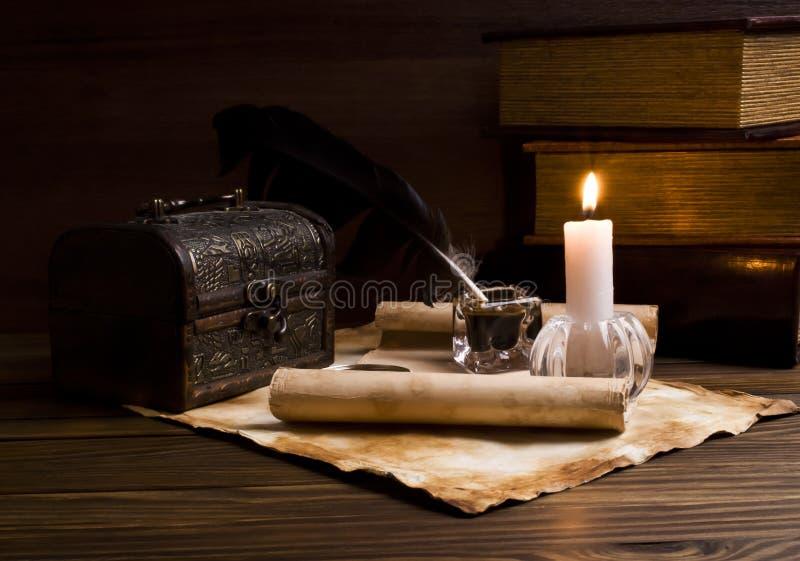 Старые бумаги и книги на деревянной таблице стоковое фото