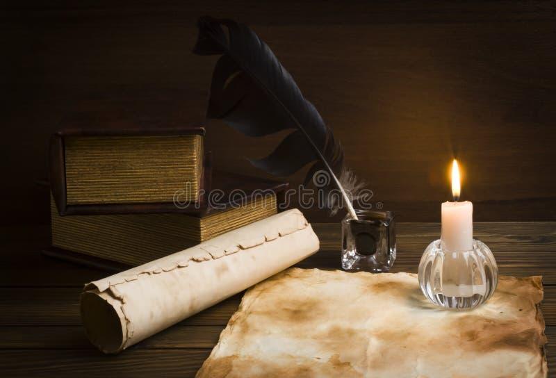 Старые бумаги и книги на деревянной таблице стоковая фотография