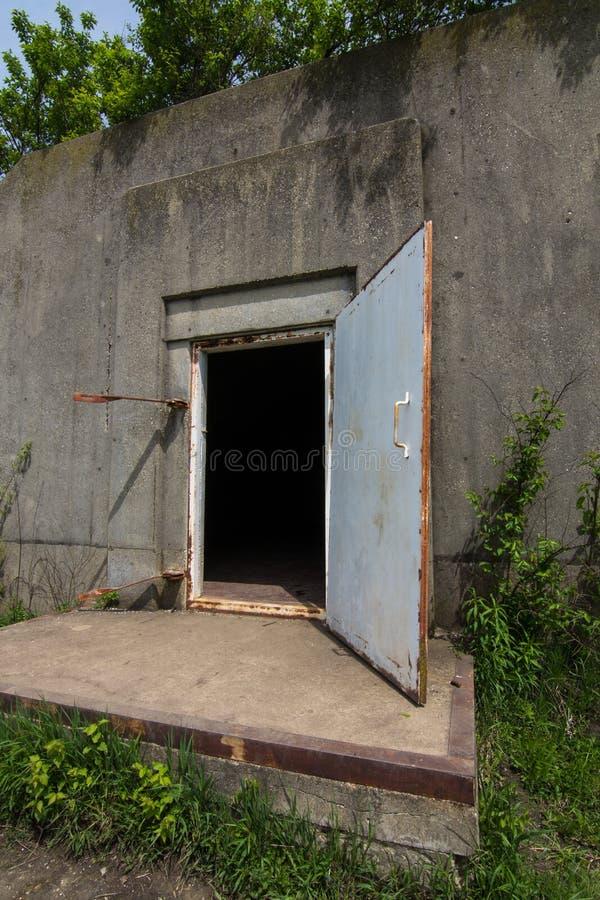 Старые бункеры или иглу боеприпасов WWII на прерии tallgrass Midewin стоковое изображение