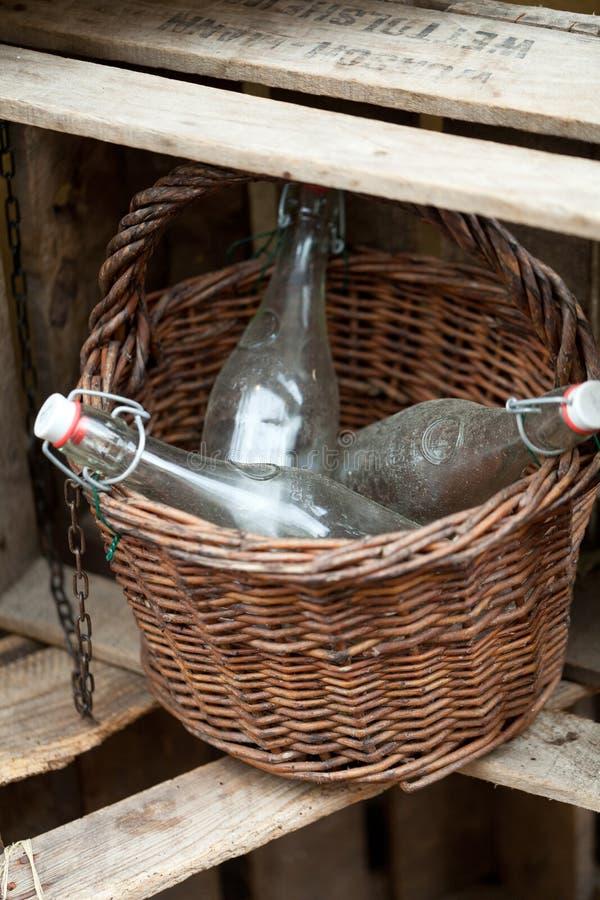 Старые бутылки в корзине стоковые фотографии rf
