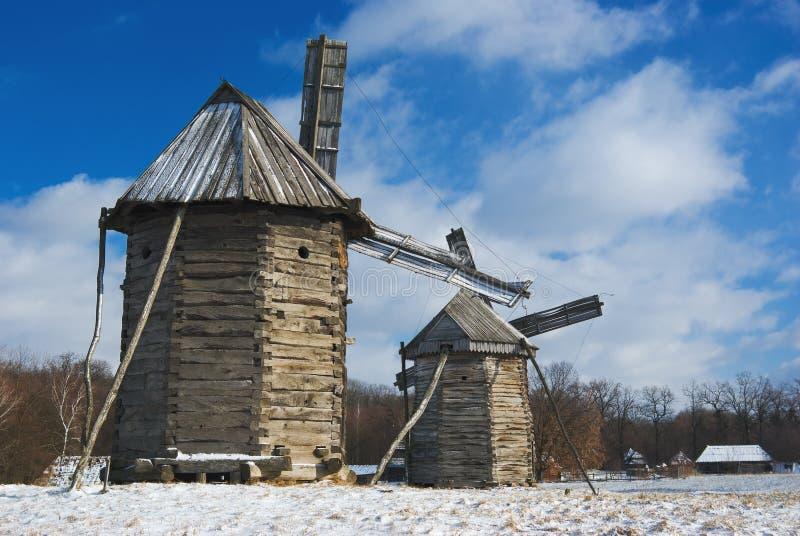 старые ветрянки деревянные стоковые фото