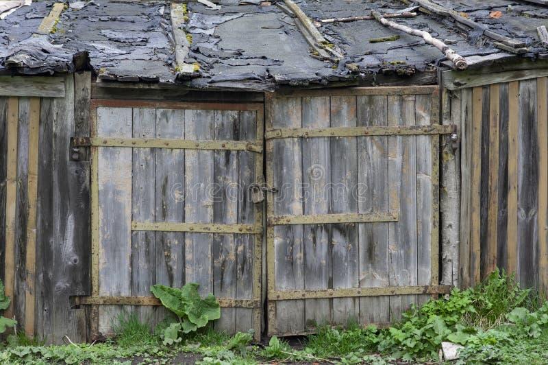 Старые ветхие ворота к гаражу стоковые изображения rf