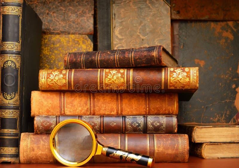 Старые винтажные книги в шкафе стоковое фото rf