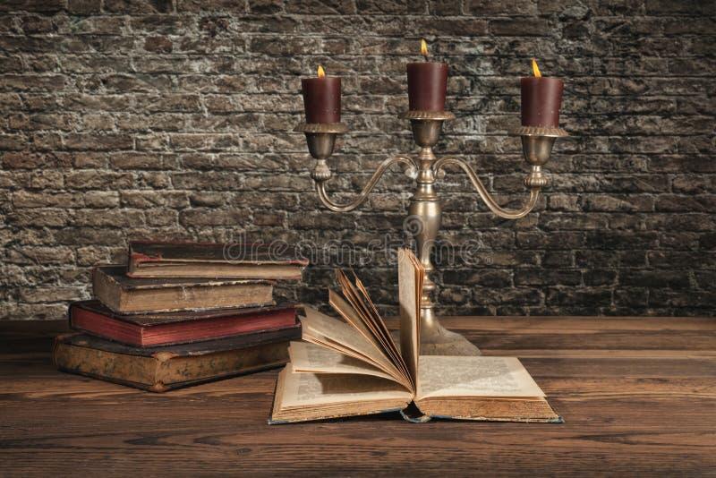 Старые винтажные книги с свечами стоковое фото