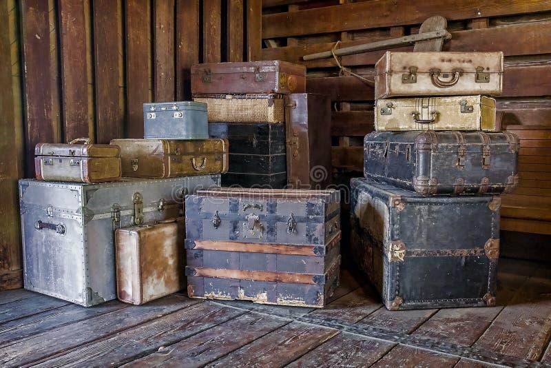 Старые, винтажные комоды и чемоданы стоковое фото rf