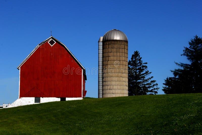 Старые винтажные красные амбар и силосохранилище стоковое изображение rf