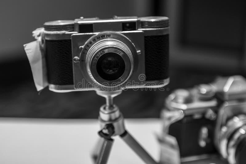 Старые винтажные ретро камеры фильма в черно-белом стоковая фотография rf