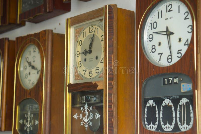 Старые винтажные часы, антиквариат стоковое фото