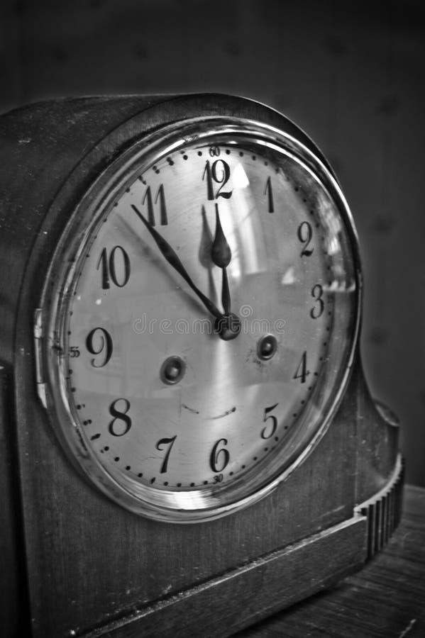 Старые винтажные часы с большими деталями и светом стоковое изображение