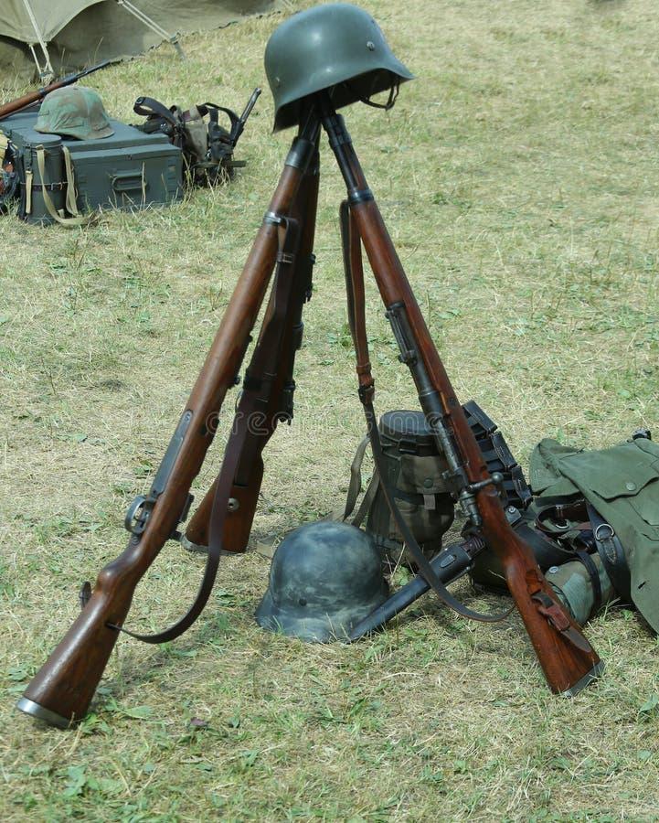Старые винтовки войны и шлемы мертвого солдата на войне стоковое фото