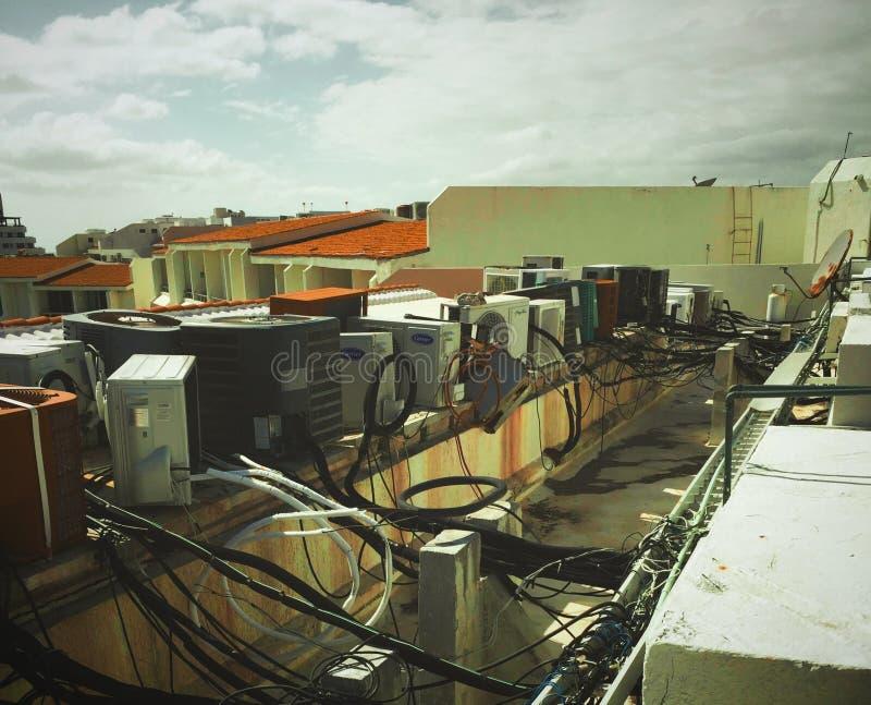 Старые вне - - блоки кондиционирования воздуха обслуживания стоковые изображения