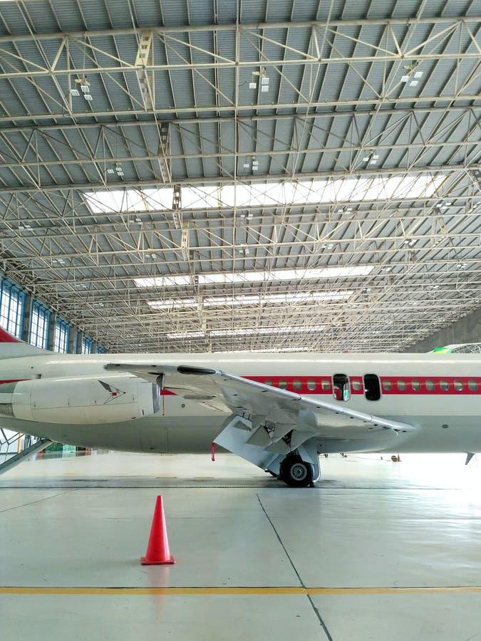 Старые воздушные судн DC-9 от правильной позиции подрезанной в ангаре стоковое фото rf