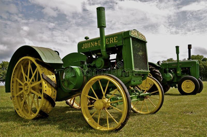 Старые восстановленные тракторы John Deere на дисплее стоковое изображение
