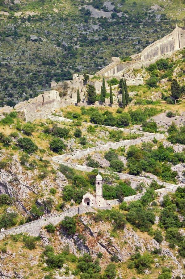 Старые городища и дорога к крепости на летний день, Черногории Kotor стоковая фотография rf