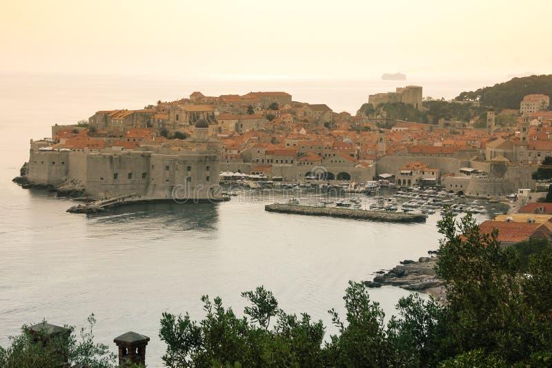 Старые городок и гавань dubrovnik Хорватия стоковые изображения