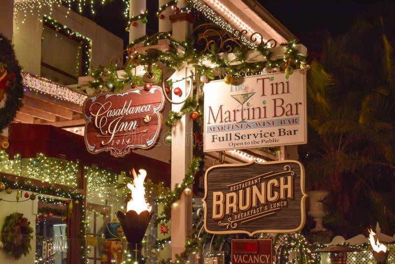 Старые гостиница и знаки Адвокатуры Мартини вечером в побережье Флориды историческом стоковое фото