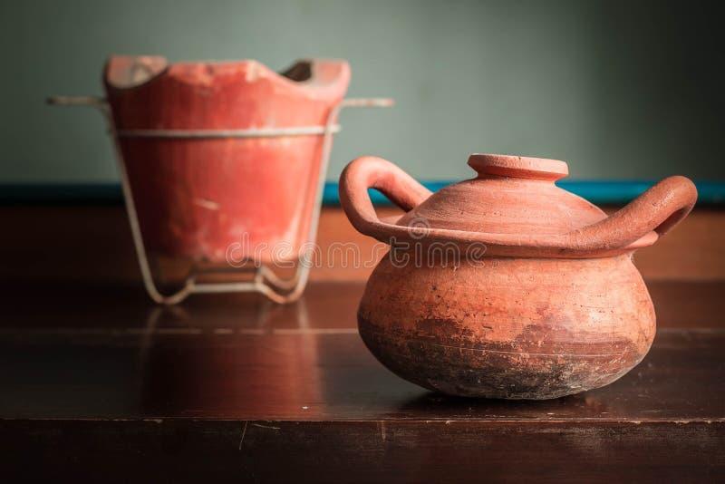 Старые глиняный горшок и плита стоковое изображение rf