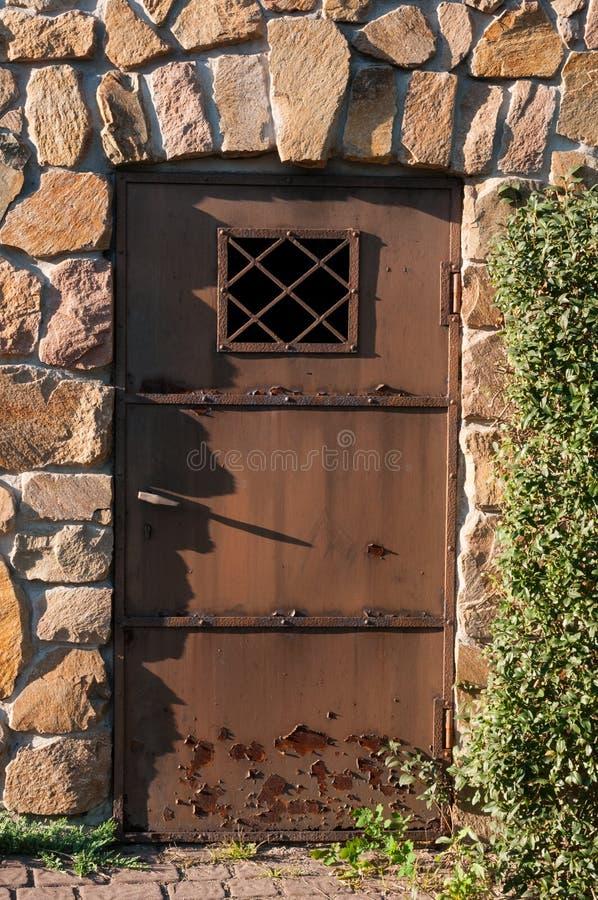 Старые двери в каменной стене стоковая фотография